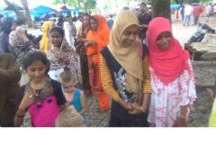 Muzułmańskie dziewczynki nad zalewem przy sieciach chińskich